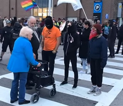 Zamaskowani członkowie kanadyjskiej antify blokują starej kobiecie wejście na spotkanie kanadyjskiej Partii Ludowej, gdzie miano dyskutować o wolności słowa i cenzurze, wrzeszcząc na nią, że jest nazistowskim śmieciem i ma wypierdalać (Źródło:https://clarionproject.org/antifa-blocks-berates-elderly-woman-using-walker/?utm_source=Clarion+Project+Newsletter&fbclid=IwAR0GGiVcW1uJanswqQ2WY_M85TV2-GfyoXQOZoIUkQQra5vTIv9A3XOZbW8)