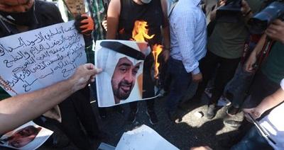 Dla Palestyńczyków muzułmanin, który wierzy w prawo Izraela do istnienia, nie jest uprawniony do wejścia na Wzgórze Świątynne ani modlenia się w meczecie Al-Aksa. Rządzący Fatah, frakcja prezydenta Autonomii Palestyńskiej, Mahmouda Abbasa, przewodzi kampanii nie dopuszczania muzułmanów ze Zjednoczonych Emiratów Arabskich i Bahrajnu do odwiedzania Wzgórza Świątynnego. Na zdjęciu: Palestyńczycy palą portret następcy tronu ZEA, Mohammeda Bin Zajeda.)