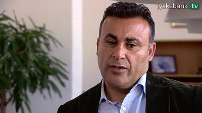 """Naser Khader, muzułmański dysydent, który jest duńskim posłem do parlamentu, mówi, że """"radykalni muzułmanie są dziś nazistami islamu"""". (Zrzut z ekranu z Jyske Bank TV)"""