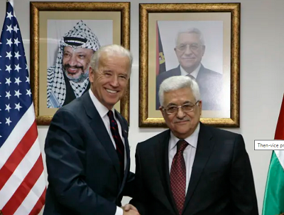 Ówczesny wiceprezydent pozdrawia prezydenta Autonomii Palestyńskiej w Ramallah, 10 marca 2010 roku(zdjęcie: AMMAR AWAD/REUTERS)