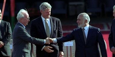 Izraelski premier, Icchak Rabin i jordański król, Hussein w obecności prezydenta Clintona podają sobie ręce (26października 1994 r.) Zdjęcie: Wikimedia Commons.