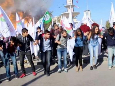10 października 2015 r. dżihadysta zamachowiec samobójca zamordował ponad 100 działaczy pokojowych w sercu Ankary w najgorszym akcie terroru w historii Turcji. Powyżej: jedna z bomb eksploduje w tle.