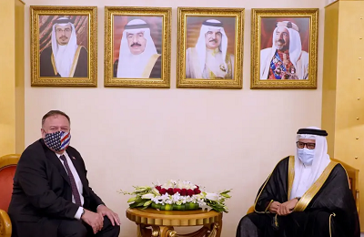 Sekretarz Stanu USA, Mike Pompeo, spotyka się z ministrem spraw zagranicznych Bahrajnu w Manamie 25 sierpnia.(zdjęcie: BAHRAIN NEWS AGENCY/HANDOUT VIA REUTERS)