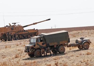 Pojazdy i żołnierze armii tureckiej stacjonują w pobliżu turecko-syryjskiej granicy w prowincji Sanliurfa w Turcji, 12 października 2019 r. (zdjęcie: MURAD SEZER/REUTERS)