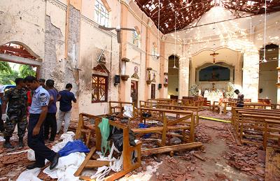 W Wielkanocną Niedzielę, 21 kwietnia 2019 roku, zmasakrowano 253 niewinnych ludzi, włącznie z wieloma dziećmi, podczas ataków na kościoły i trzy hotele na Sri Lance, największą liczbę zabitych w zamachu terrorystycznym od niemal 3 tysięcy 11 września 2001 roku. Na zdjęciu: Kościół St. Sebastian w Negombo na Sri Lance 21 kwietnia 2019 roku, po zamachu bombowym kilka godzin wcześniej. (Zdjęcie: Stringer/Getty Images)