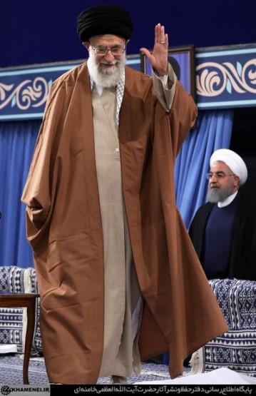 Najwyższy przywódca Chamenei z prezydentem Hassanem Rohanim w tle (Źródło: Farsi.khamenei.ir)
