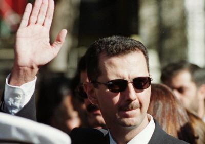 Prezydent syryjski Baszar Assad pozdrawia swoich zwolenników w Damaszku (zdjęcie: REUTERS)