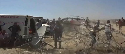 Arabowie niszczą zasieki na granicy Gazy i Izraela. (Photo - WikiCommons)
