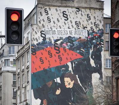 Mural Marty Frej w Warszawie na ulicy Targowej 15, upamiętniający masowe protesty kobiet przeciwko zaostrzeniu ustawy antyaborcyjnej i łamaniu ich praw.
