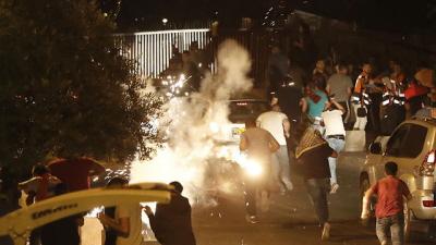 Muzułmańscy wierni ścierają się z policją przed Wzgórzem Świątynnym. Mówimy o znacznie głębszym problemie, który świat arabski musi rozwiązać sam (Zdjęcie: AFP)