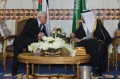 Abbas podczas poprzedniej wizyty w Arabii Saudyjskiej 23 lutego 2015 r. na spotkaniu z królem saudyjskim Salmanem. (Zdjęcie: Thaer Ghanaim/PPO via Getty Images)