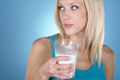 Wysoka blondynka pije mleko, czyli jak ewoluujemy.