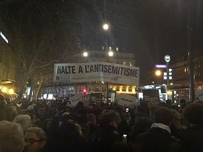 19 lutego 2019 roku tysiące ludzi, włącznie z francuskim prezydentem, Emmanuelem Macronem i innymi politykami, zebrali się w Paryżu, żeby zaprotestować przeciwko ogromnemu wzrostowi antysemityzmu we Francji. W tłumie była grupa muzułmanów, którzy nieśli transparent: \