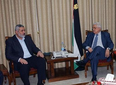 Hamas i Fatah, dwie palestyńskie partie rządzące, jedna Gazą, a druga Zachodnim Brzegiem, są od 12 lat w stanie wojny ze sobą. Jeśli jednak idzie o represje i pogwałcenia praw człowieka we własnym społeczeństwie, Hamas i Fatah są towarzyszami broni. Na zdjęciu prezydent Autonomii Palestyńskiej i przewodniczący Fatahu Mahmoud Abbas (po prawej) podczas spotkania z przywódcą Hamasu Ismailem Haniją 30 maja 2007 w Gazie. (Zdjęcie Abu Askar/PPO via Getty Images)