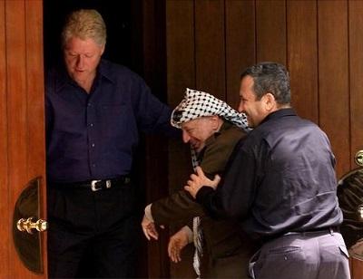 Bill Clinton, Yasser Arafat i Ehud Barak podczas rozmów pokojowych w Camp David w lipcu 2000 roku.<br />(Zdjęcie: Reuters)