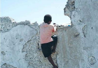Czy dzieci na Haiti otrzymają pomoc, by stanąć na własnych nogach, czy też będą trzymane w permanentnej nędzy? (zdjęcie: REUTERS)