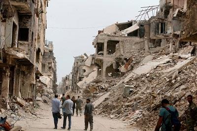 Organizacja z siedzibą w Londynie, Action Group for Palestinians of Syria, oceniła liczbę Palestyńczyków, którzy zmarli w wyniku tortur w syryjskich więzieniach na 614. Kolejnych 205 Palestyńczyków zmarło z powodu braku opieki medycznej podczas oblężenia przez armię syryjską obozu Jarmouk. Na zdjęciu: Obóz uchodźców Jarmouk w pobliżu Damaszku, 22 maja 2018 r., kilka dni po odzyskaniu panowania nad obozem przez rządowe siły syryjskie. (Zdjęcie: Louai Beshara/AFP via Getty Images)