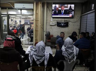 Mieszkańcy wschodniej części Jerozolimy oglądają na żywo przemówienie Trumpa.<br />(Zdjęcie z dziennika<span>Yedioth</span><span>Ahronoth</span>)