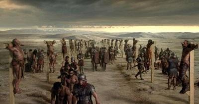 Ukrzyżowanie, często praktykowane przez starożytnych Greków i Rzymian jako najokrutniejsza forma kary śmierci, zazwyczaj zastrzeżony dla rebeliantów.