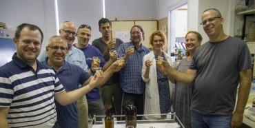 Próba piwa w laboratorium Centrum Medycznego Hadassa i Szkoły Medycyny Dentystycznej Uniwersytetu Hebrajskiego w Jerozolimie. Zdjęcie: Yaniv Berman, przez Israel Antiquities Authority.