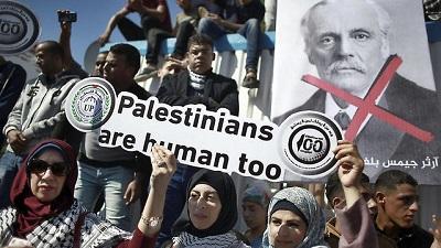 Palestyńczycy w Gazie protestują przeciwko Deklaracji Balfour w jej 100. rocznicę. Twierdzenie, że palestyńscy mieszkańcy byli ignorowani, jest bezpodstawne. (Zdjęcie: AP)