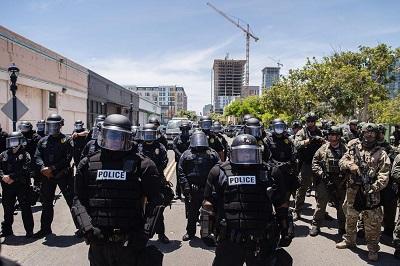 Amerykańskie siły policyjne podczas zamieszek.