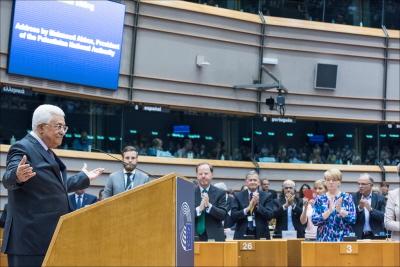 Prezydent Autonomii Palestyńskiej, Mahmoud Abbas, otrzymuje owację na stojąco w Parlamencie Europejskim w Brukseli po wygłoszeniu fałszywego twierdzenia, że rabini izraelscy wzywają do trucia wody palestyńskiej. Abbas później odwołał to i przyznał, że jego twierdzenie było fałszywe. (Zdjęcie: European Parliament)