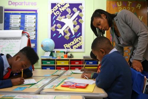 Kristin Jones, 23, uczy czwarte klasy w szkole Success Academy Harlem 4. Codziennie, Kristin Jones wsiada o 5:30 na prom w Staten Island, gdzie mieszka z siostrą i dwojgiem rodzeństwa i jedzie do Manhattanu. Od dziecka Kristin Jones zawsze wiedziała, że chce być nauczycielką. Przyklejała na lustrze kartki papieru, z których robiła prowizoryczną tablicę i udawała, że jej kuzyn i młodszy brat są jej uczniami.