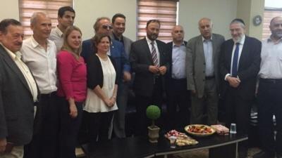 Emerytowany genera� saudyjski, Anwar Eszki (po�rodku w krawacie w paski) i cz�onkowie jego delegacji na spotkaniu z cz�onkami Knesetu i innymi podczas wizyty w Izraelu 22 lipca 2016 r. (Zdj�cie z: Twitter)