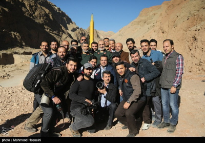 Hadżizadeh i Salami z reporterami irańskimi przed pociskiem balistycznym w tle