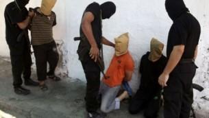 """Terroryści Hamasu dokonują """"egzekucji kolaborantów"""" w mieście Gaza City (zdjęcie: Fox News, free to use & share, even commercially)"""