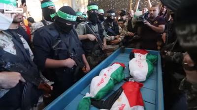 Zamaskowani zbrojni ludzie Hamasu pozuj� dla mediów podczas pogrzebu dzieci Abu Hindi w Gazie, 7 maja 2016.