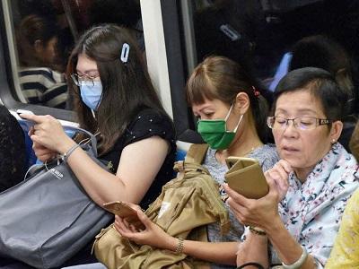 Mieszkańcy Singapuru żyją w zasadzie, normalnie, ale nieustannie są pod specjalnym nadzorem.Źródło:https://nationalpost.com/health/how-taiwan-and-singapore-managed-to-contain-covid-19-while-letting-normal-life-go-on?fbclid=IwAR2-kBppp67OnabMUK_nvQ44amhqk3f0ctCbclzMHLfwxWbFudc5WZ7CxI4