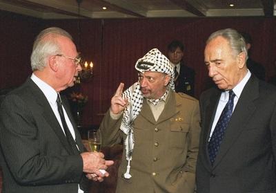 """Icchak Rabin, Jasser Arafat i Szimon Peres w filmie """"The Oslo Diaries"""" o próbie doprowadzenia do pokoju na Bliskim Wschodzie przez Porozumienia z Oslo w latach 1990. (zdjęcie: SAAR YAACOV)"""