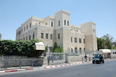 Na zdjęciu: Sąd Okręgowy w Jerozolimie, gdzie sędzia Mosze Drori niedawno uznał Autonomię Palestyńską za bezpośrednio odpowiedzialną za uwięzienie i tortury lub zamordowanie 52 palestyńskich powodów i zażądał, by AP odpowiednio zrekompensowała ofiary. (Zdjęcie: Sirkiss/Wikimedia Commons)