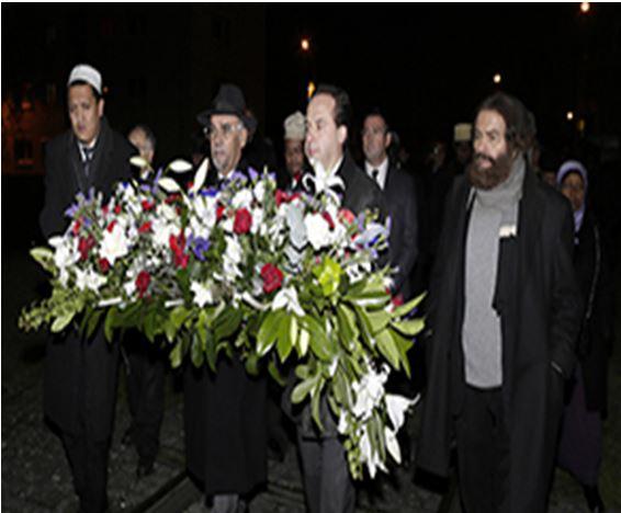 Ambasador Bahrajnu odwiedza ośrodek pamięci o Holocauście (Akhbar Al-Khalij, Bahrain, 10 grudnia 2013)