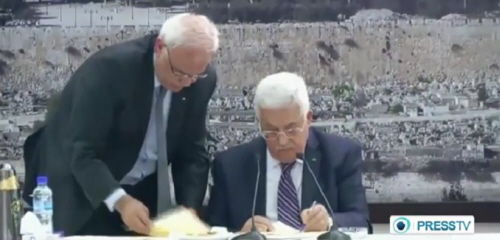 Prezydent Autonomii Palestyńskiej Mahmoud Abbas podpisuje wnioski o członkowstwo w organizacjach ONZ. Zdjęcie: PressTV / YouTube