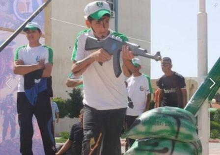 Ćwiczenia z atrapami karabinów (Facebook.com/Gazacamps2014, 21 czerwca 2014)