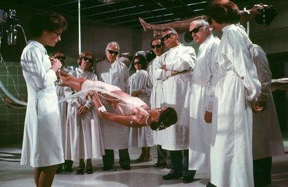 """Zdjęcie z filmu """"Śpiączka"""" (Coma) z głupiutkiej recenzji z przeraźliwie głupiego filmu.Źródło: http://panorama-kina.blogspot.com/2011/02/spiaczka.html"""