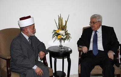 Prezydent Autonomii Palestyńskiej Mahmoud Abbas (po prawej) spotyka się z Wielkim Muftim Jerozolimy, szejkiem Mohammedem Husseinem, w Ramallah 5 kwietnia 2010 r. (Zdjęcie: Omar Rashidi/PPO via Getty Images)