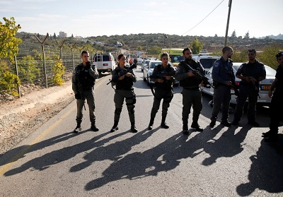 Straż graniczna na miejscu zamachu terrorystycznego w Har Adar. (Photo credit:AMMAR AWAD / REUTERS)