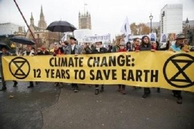 """Krzyżowcy zmiany klimatu, włącznie z wieloma harcownikami w mediach, żarliwie upierają się, że """"czas na debaty minął"""" i że świat jest skazany, jeśli nie zmieni drastycznie nowoczesnego stylu życia."""