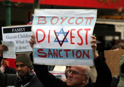 Ludzie, którzy twierdzą, że naprawdę leży im na sercu pomoc Palestyńczykom, zamiast tylko próbować zaszkodzić Izraelowi, powinni rozważyć, jak wesprzeć Palestyńczyków, których przywódcy wyprowadzają pieniądze pomocowe otrzymywane od innych krajów. Studenci mogliby zastanowić się, jak zakładać przemysł, który poprawiłby palestyński rynek pracy, zamiast bojkotowania firm izraelskich, które zatrudniają tysiące Palestyńczyków. (Zdjęcie: Takver/Wikimedia Commons)