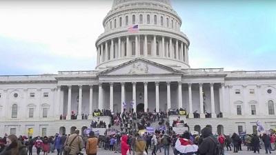 Masowe poparcie prezydenta USA Donalda Trumpa na Kapitolu, gdzie część protestujących wybiła okna i wdarła się do budynku, protestując przeciwko wynikom wyborów. 6 stycznia 2021. Źródło: Zrzut z ekranu YouTube.