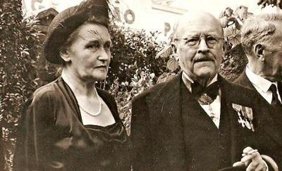 To jest Robert Smallbones, urzędnik służby cywilnej i dyplomata, i jego żona, Inga.Między listopadem 1938 roku a wybuchem II wojny światowej pomogli PONAD CZTERDZIESTU TYSIĄCOM Żydów uciec przed nazistami i dostać się do Wielkiej Brytanii.