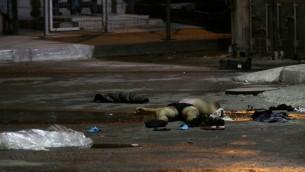 Ciało terrorysty ze stacji autobusowej w Beer Szewie po ataku 18 października 2015 r. (Zdjęcie: Meir Even Haim/Flash90)
