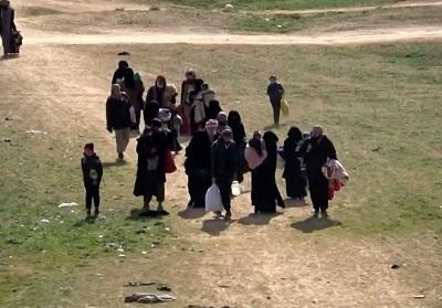 Ludzie uciekają przed walkami w Baghuz, gdzie Syryjskie Siły Demokratyczne wyzwalają obszary wschodniej Syrii od Państwa Islamskiego.(Reuters). (zdjęcie: REUTERS)