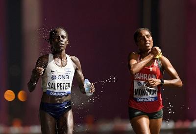 """Obecność izraelskich sportowców w Katarze (27 września – 6 października) wywołała ostrą krytykę wielu Arabów, którzy wyrazili oburzenie w mediach społecznościowych z hashtagiem """"Normalizacja jest zdradą"""". Na zdjęciu: Lonah Chemtai Salpeter z Izraela (po lewej) i Desi Jisa Mokonin z Bahrajnu podczas maratonu kobiet na Mistrzostwach Świata w Lekkoatletyce w Doha w Katarze, 27 września 2019. (Zdjęcie: Matthias Hangst/Getty Images)"""