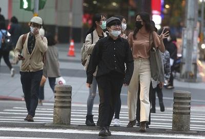 Mieszkańcy stolicy Tajwanu, Tajpei, noszą maski, by ograniczać szerzenie się koronawirusa.