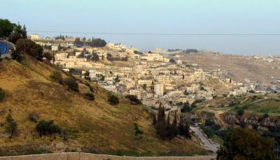 """<br />W 2014 r., w następstwie informacji, że Palestyńczycy sprzedawali Żydom domy w jerozolimskiej dzielnicy Silwan (zdjęcie powyżej), prezydent AP, Mahmoud Abbas wydał dekret prezydencki, którym zmienił działy kodeksu karnego odnoszące się do transakcji nieruchomościami i podniósł kary za sprzedaż ziemi """"wrogim krajom"""" i ich obywatelom. (Zdjęcie: Wikimedia Commons/Gilabrand)"""